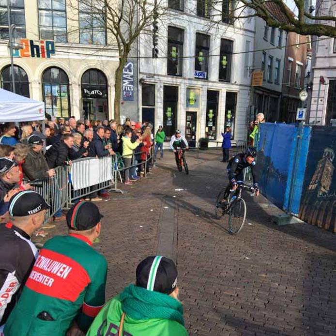 Beeld van één van de vorige edities van de Ronde van Vedett door het historische Deventer Bergkwartier.