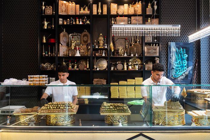 De nieuwe Syrische bakker Mohammed Ahmed en zijn broertje Yousef (links).