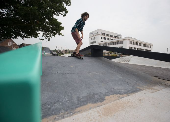 Arnoud Lievers probeert de nieuwe skatebaan uit.