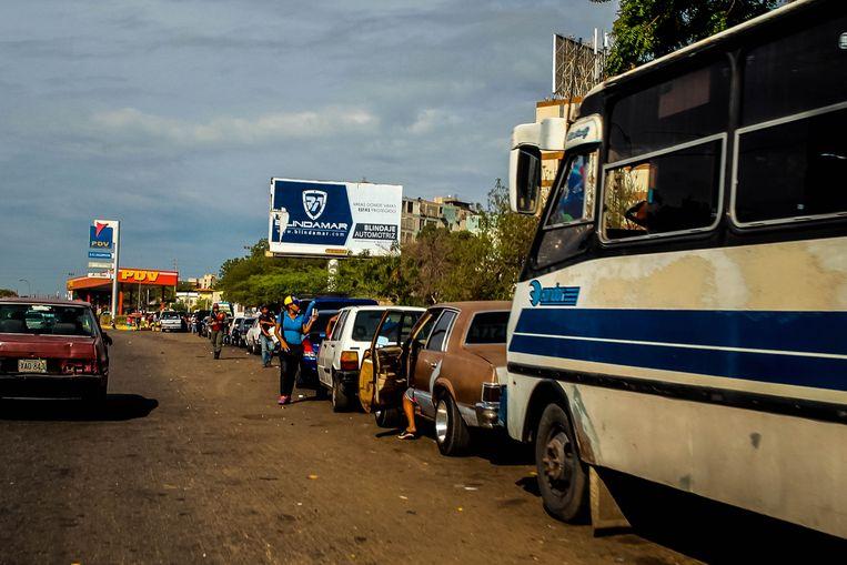 Wagens schuiven aan voor brandstof in Maracaibo, ooit het centrum van de olie-industrie in deze regio. Beeld EPA