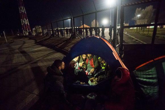 Migranten in een tentje aan de Servisch-Hongaarse grens. Archiefbeeld.