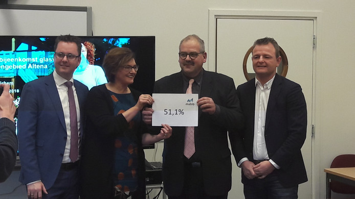 Wethouder Mattijs van Oosten,  Mabib ambassadrice Chantal de Schepper, wethouder Wijnand van der Hoeven en zijn Woudrichemse collega Renze Bergsma presenteren het aanmeldingspercentage.