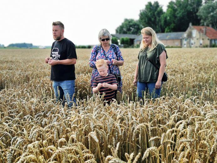Bakker en molenaar Peter vertelt gepassioneerd over Zeeuwse Vlegel tarwe aan Suzan, haar dochter Chrissy en kleinzoon Menno. Het was een van de activiteiten bij de Groene Polderwinkel in Schoondijke.