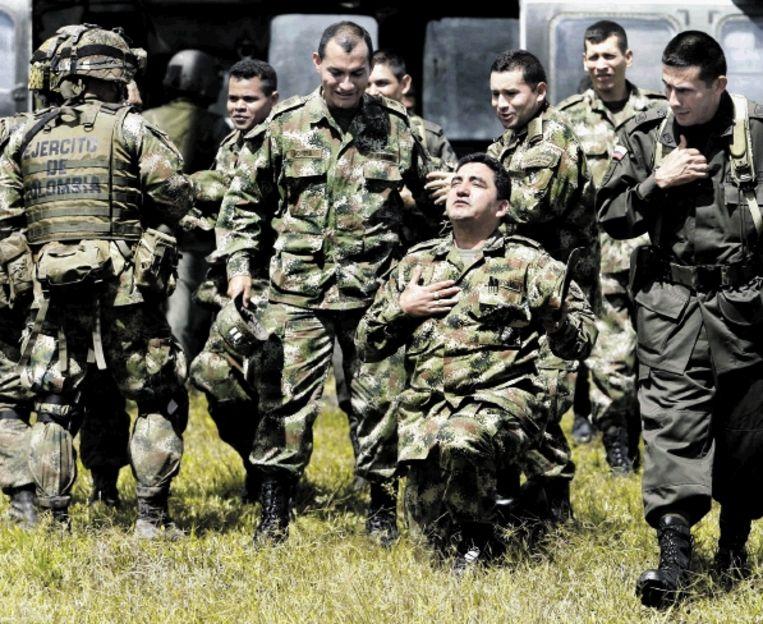 Sergeant Jose Ricardo Marulanda knielt ontroerd in Lindosa bij de herdenking van zijn bevrijding Â¿ nu bijna een jaar geleden Â¿ uit handen van het Farc. (FOTO REUTERS) Beeld
