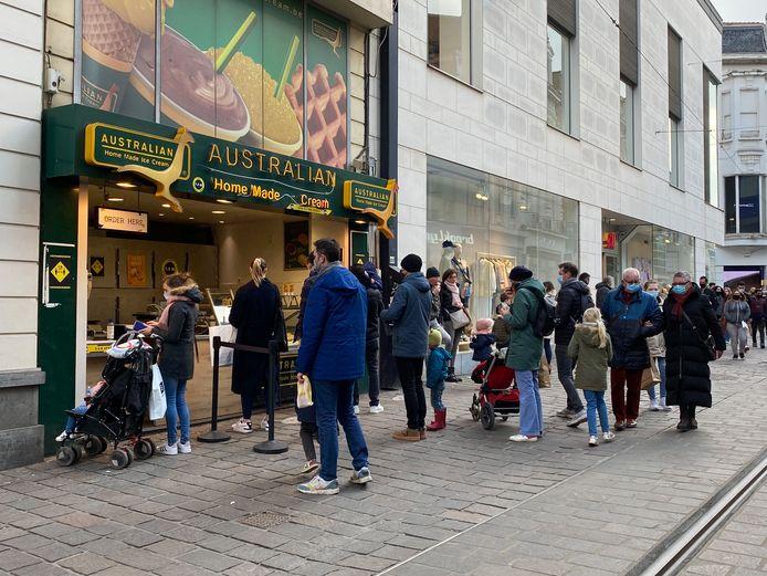 Aan zowat elke zaak waar eten of drinken te krijgen was, stond deze namiddag een rij: Veldstraat