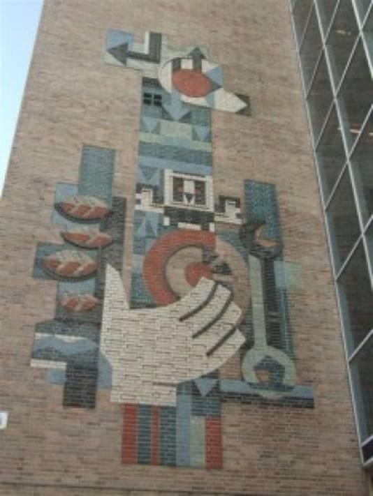 Het mozaïek op de gevel van het hoofdkantoor van de ANWB in Den Haag.