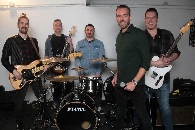 De muzikanten van Devonport Band zijn klaar voor het rockfestival.