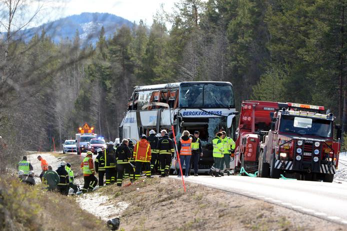 Hulpdiensten op de E45 tussen Sveg en Fagelsjo waar het ongeluk plaatsvond.