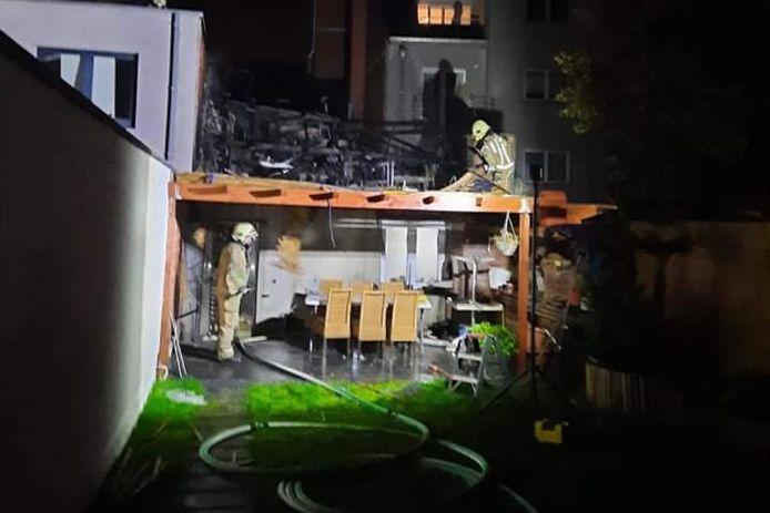 De brandweer kon niet vermijden dat de achterbouw van het ijssalon Gelateria La Dolce Vita volledig uitbrandde.