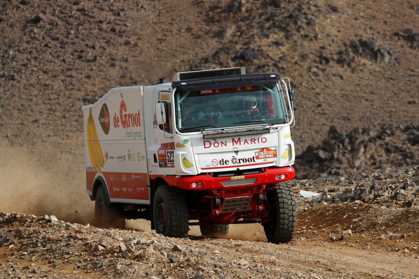 De truck van chauffeur William de Groot, navigator Marcel Snijders en monteur Bart Gloudemans tijdens de Dakar Rally van 2021 in Saoedi-Arabië.