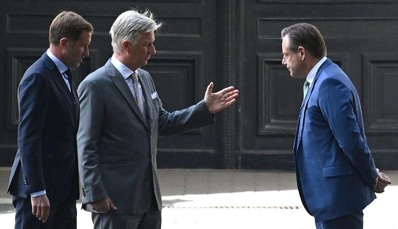 Koning Filip ontvangt Paul Magnette en Bart De Wever op het paleis, vorige week donderdag. Beeld Photo News