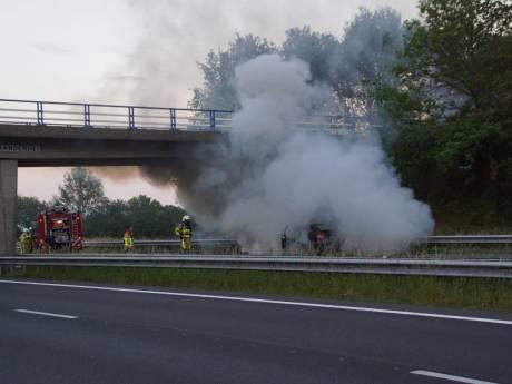 Verkeer op A18 stilgelegd door autobrand