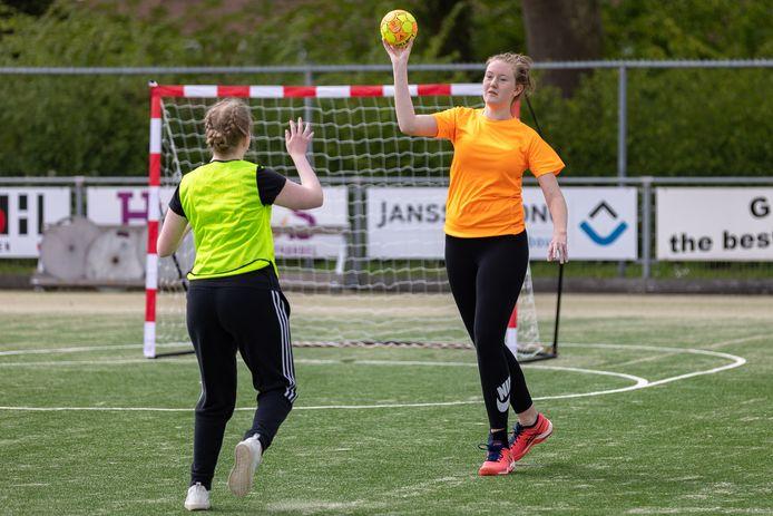 Luna Schuldink wilde graag handballen en probeerde daarom haar eigen team op te richten. Met succes, want het komende seizoen speelt het team in de competitie.