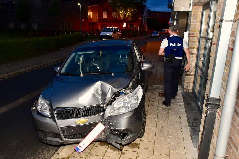 De kleine Chevrolet liep zware schade op bij het ongeval.
