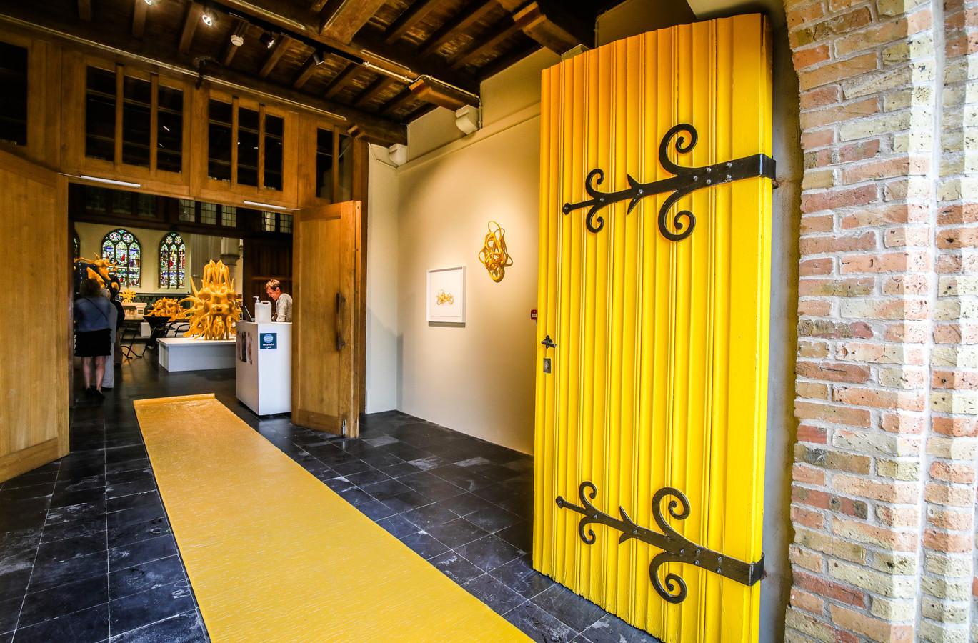 De deuren van de kerk van St Pieters Kapelle werden geel geschilderd, een duidelijke verwijzing naar kunstenaar Nick Ervinck.