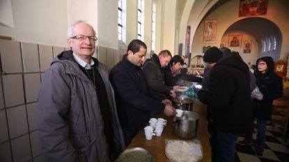 """Priester uit Zeebrugge met de dood bedreigd omdat hij transmigranten helpt: """"Het dreigt uit de hand te lopen"""""""