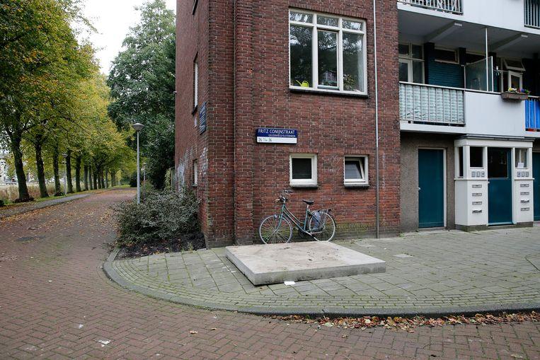 De plek in de Fritz Conijnstraat waar de pasgeboren baby in een ondergrondse container werd gevonden. Beeld ANP