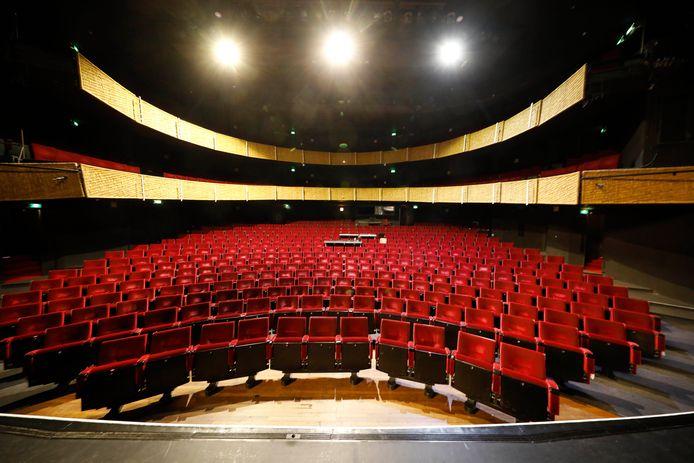 De ovale theaterzaal: iedereen dicht bij het podium.