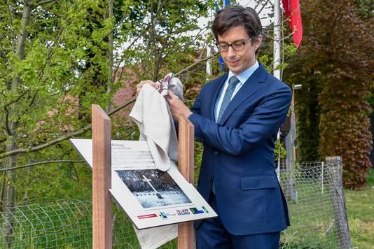 Brug in Diessen gedenkplaat franse gesneuvelden WO II. De franse ambassadeur Luis Vassy onthult het infobord bij de brug.