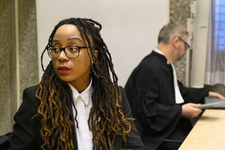 Clarice Gargard en haar advocaat Sidney Smeets in de rechtbank voor de uitspraak tegen 25 verdachten die hatelijke reacties hebben geplaatst bij een livestream van de journaliste. Beeld ANP