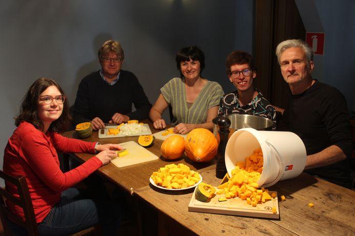 De jongeren en hun ouders mochten dinsdag zelf de groenten snijden, voor de soep die woensdag verkocht wordt.