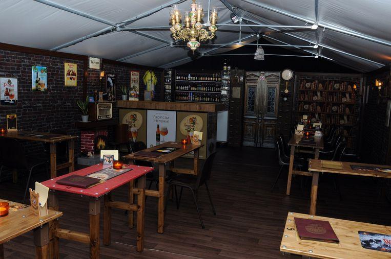 In de standaard opstelling is het café tweeënzeventig vierkante meter groot.