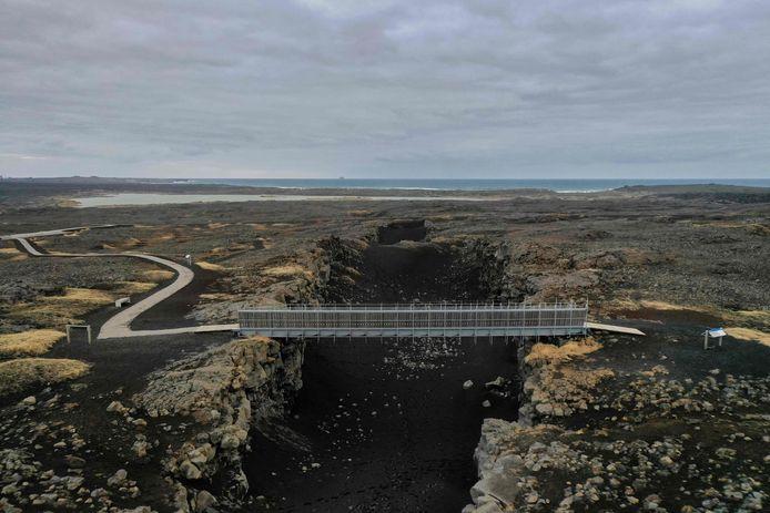 """De """"Bridge between Continents"""" is een voetgangersbrug die de Euraziatische en de Noord-Amerikaanse tektonische platen met elkaar verbindt."""