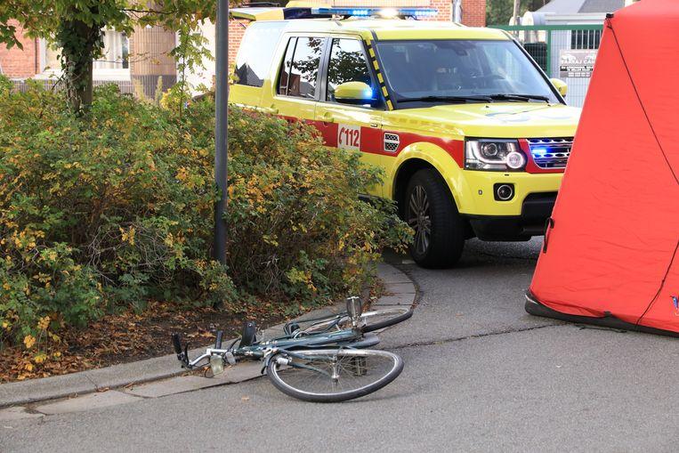 De fietsster werd aangereden door een afslaande auto.