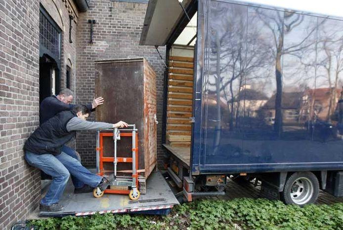 De Wiegersma-kluis onderweg naar de vrachtwagen. foto René Manders