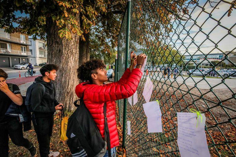 De leerlingen hingen boodschappen op tegen de uitwijzing van het gezin.