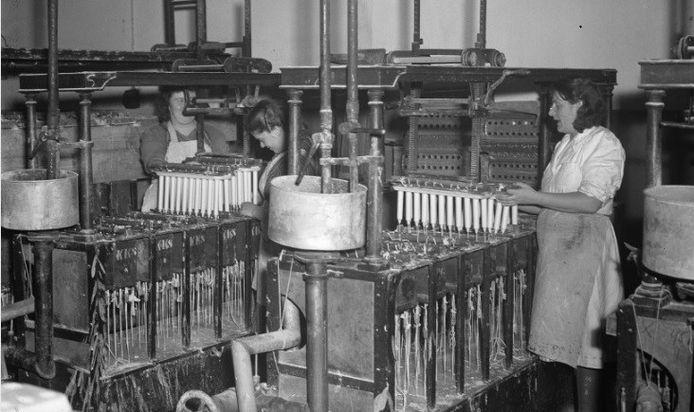 Machinaal kaarsen maken, net na de Tweede Wereldoorlog in 1948. Dankzij nieuwe machines leefde de kaarsenproductie weer op.