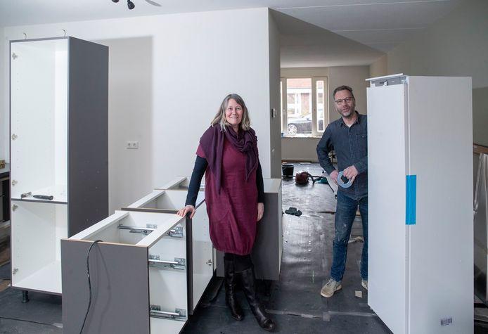 Daan en Jeanette Laban zijn, zoals veel nieuwe bewoners, vanuit de Randstad in Ede komen wonen, hier in hun keuken in aanbouw in hun woning in de wijk Kernhem.