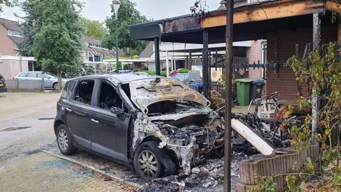 Auto verwoest na brand onder carport Maarssenbroek, drie woningen tijdelijk ontruimd