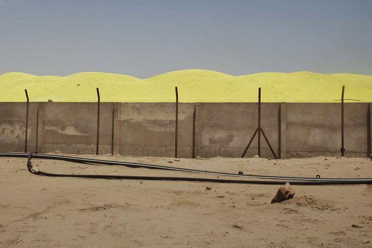 De opslag van zwavelzuur. <br /><br />De stad Arlit in Niger is nog niet veel beter geworden van de lucratieve mijnenindustrie daar. Arlit werd in 1969 opgericht na de vondst van uranium, waarna Frankrijk er de mijnenindustrie ontwikkelde. Nu zijn er twee grote uraniummijnen, in Arlit - waar inmiddels zo'n 117.000 mensen wonen - en in het nabijgelegen Akouta.<br /><br />Maar de inwoners van Arlit zelf zijn daar niet veel rijker van geworden. Hun stad, gelegen tussen het Aïr-gebergte en de Sahara, is stoffig en verwaarloosd. Bovendien zijn er, volgens een rapport van Greenpeace, nog steeds te hoge radioactieve stralingen nabij de Nigeriaanse mijnen. Beeld reuters