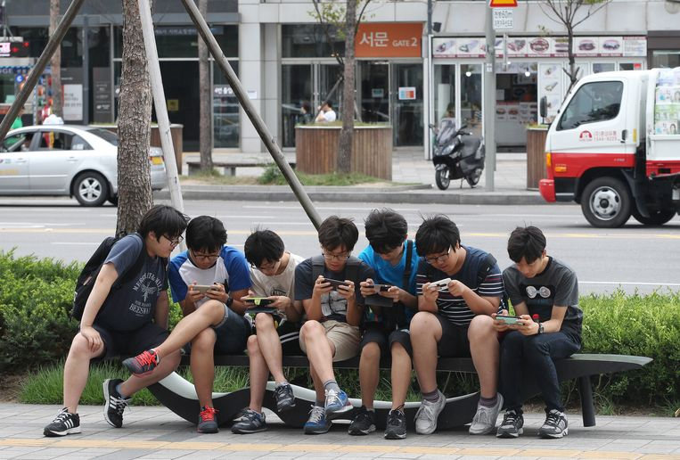 Jongeren in Seoul hebben nagenoeg onbeperkt internettoegang, maar hebben geen idee van wat zich een paar kilometer noordelijker afspeelt. Beeld AP