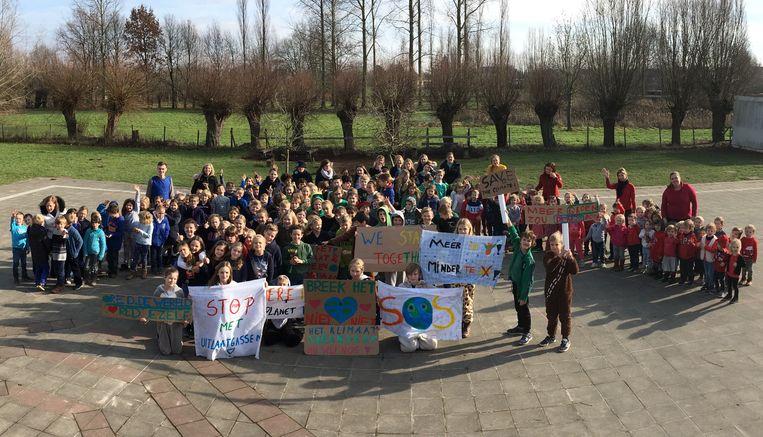 De leerlingen hielden een mini-klimaatmars op school.