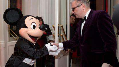 Prins Laurent doet humeurig tegen Mickey Mouse
