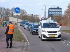 Rijschoolhouders verzamelen in Rijswijk voor stoet door Den Haag: 'Moeten gewoon weer open'