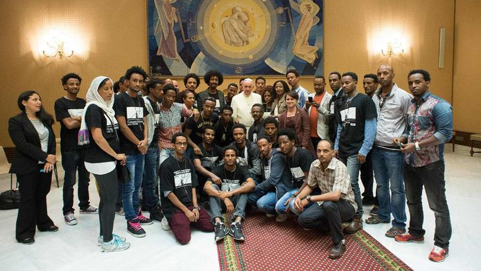 Paus Franciscus op de foto met de 37 vluchtelingen.