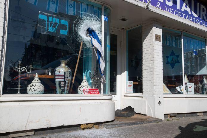 De vernielde ramen van restaurant HaCarmel in Amsterdam in mei van dit jaar.
