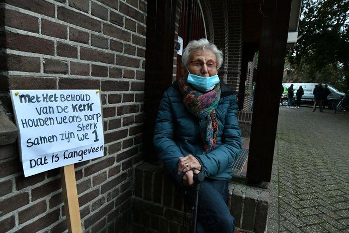 Het sluiten van kerken stuit op verzet van lokale geloofsgemeenschappen. Zoals hier in Langeveen, waar de eigen kerk niet langer open kan blijven.