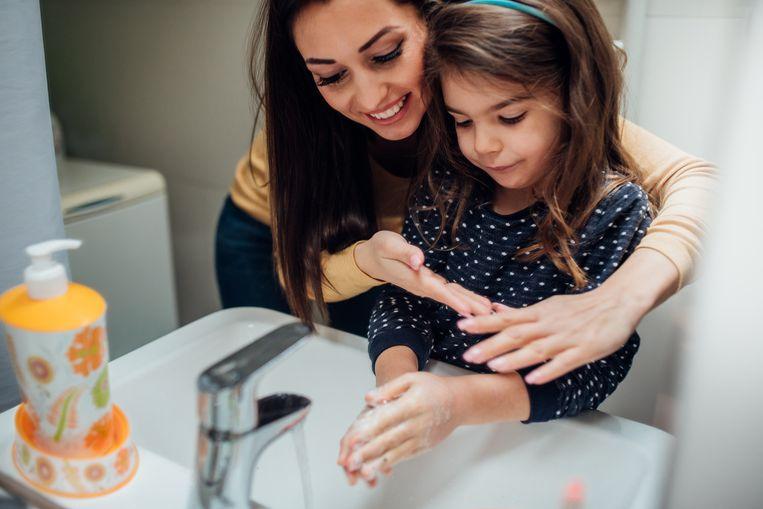 """""""Gewoon met water en zeep je handen wassen, is veel effectiever dan met antibacteriële of desinfecterende gels"""