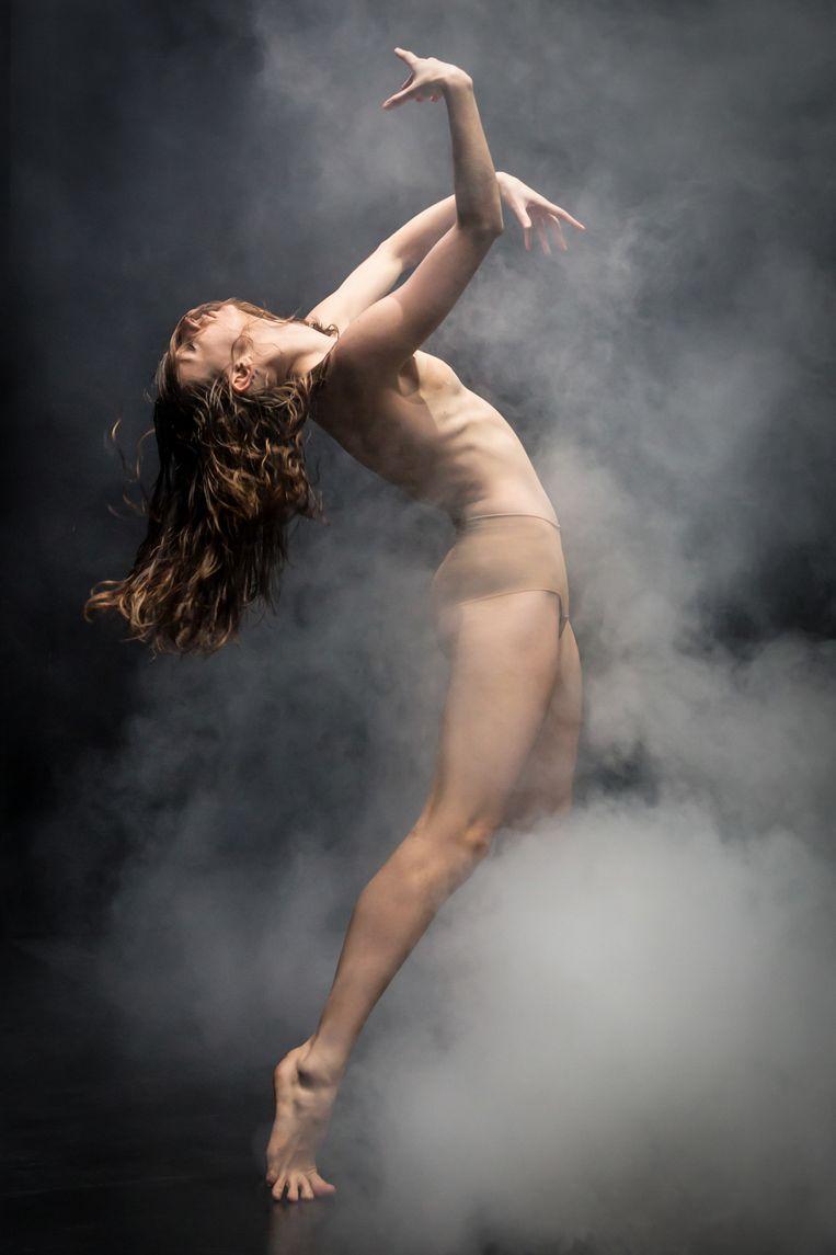 Anneleen Dedroog in het stuk AELLΩ van Andonis Foniadakis.  Beeld Jeanette Bak