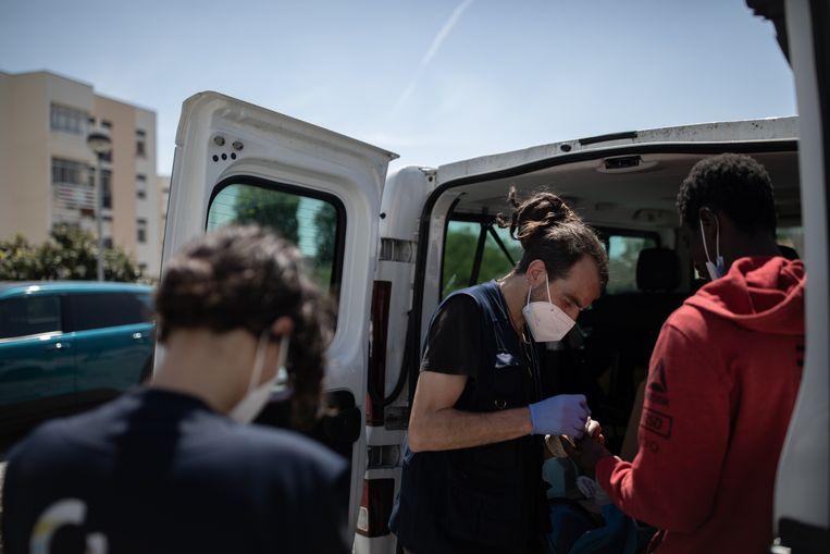 Maatschappelijk werker en ex-verslaafde Carlos Morgado (41) neemt een test voor hiv en hepatitis C af in Lissabon. Beeld Gonçalo Fonseca