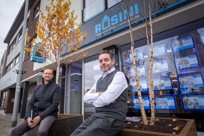 Zaakvoerder van Rosini Nico Verreth en commerciëel medewerker Hans Lambrechts schenken 10 bomen per huis dat ze verkopen