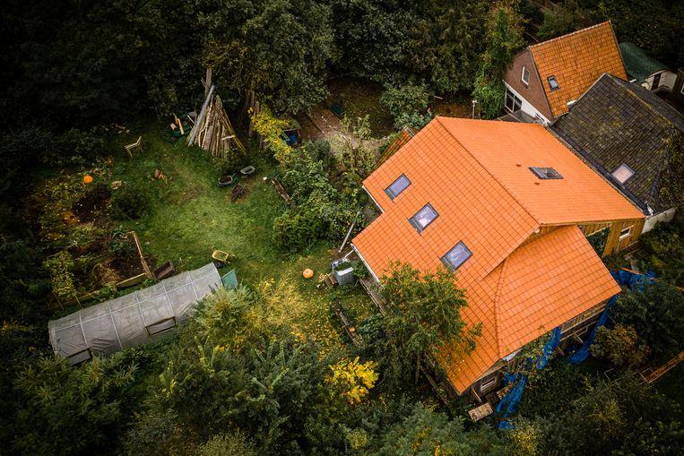 De boerderij in Drentse Ruinerwold waar Gerrit Jan van D. zijn gezin jarenlang verborgen hield voor de buitenwereld. Beeld Rob Engelaar