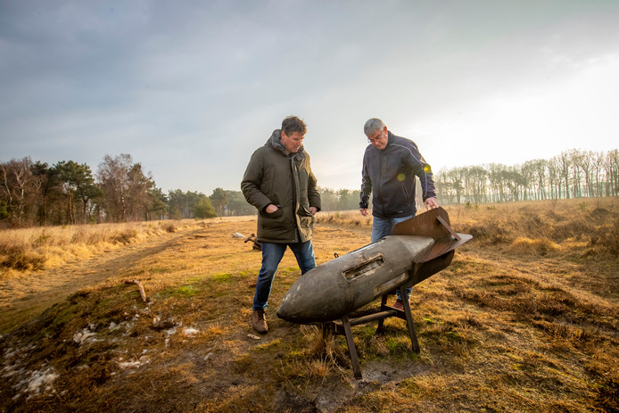 Archeoloog Jan Roymans (links) en onderzoeker Bart Beex bij de aarden wallen op de Landschotse Heide die in de Tweede Wereldoorlog voor nepschepen moesten doorgaan.