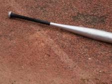 Man mishandelt buren met honkbalknuppel, buren weren klappen af met tuinmeubels