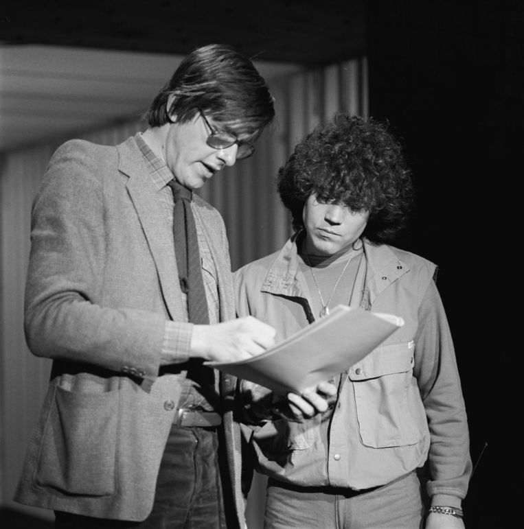 Bert van der Veer met schlagerzanger Dennie Christian bij Toppop, in 1983 Beeld Hollandse Hoogte