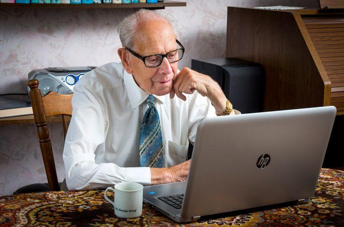 Beeld ter illustratie: Een oudere man achter een laptop.